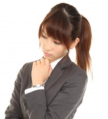 考えるビジネスウーマン(モデル:阿部遥奈/modelpiece)