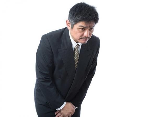 謝罪する中年男性(モデル:よたか/PAKUTASO)