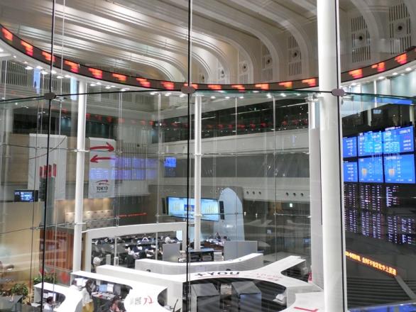 国内における株取引の中心、東京証券取引所内部(photo by キーチャン)