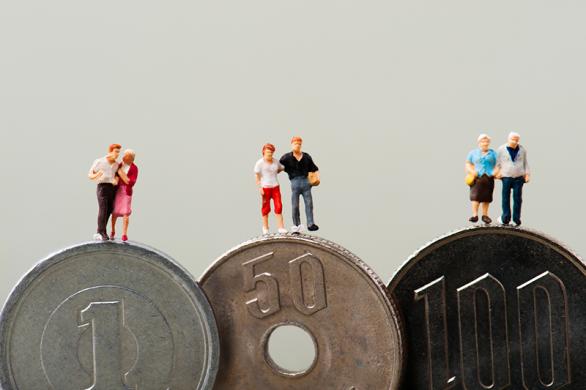 給付開始年齢の上昇など「目減り」していく従来型から、確定拠出型に切り替える?(photo by beeboys/fotolia)