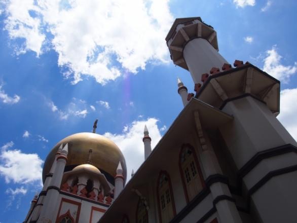 青空に映えるモスク photo by もえ/photo AC