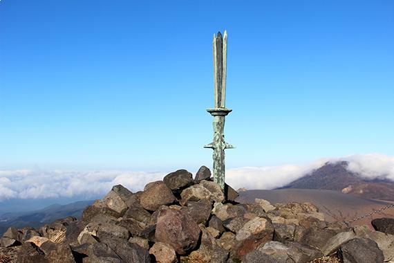 宮崎県高千穂峰に突き立つ天逆鉾。国産みにある天沼矛の別名とされている(photo by japal/fotolia)