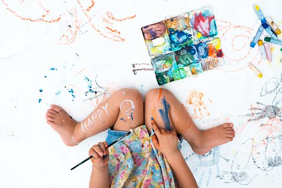 塗りたくられた絵具を見て叱るか、それとも子どもの関心を見守るか、あなたはどっち?(photo by hakase420/fotolia)