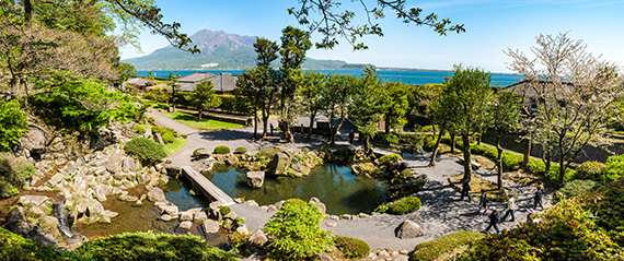 島津家ゆかりの仙厳園から見た桜島(photo by narutake/fotolia)